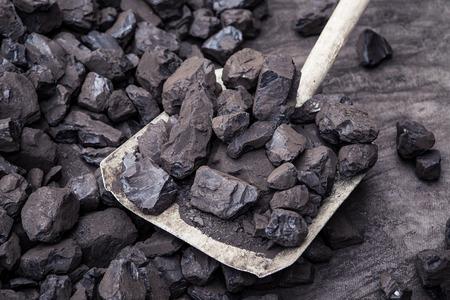 fuelling station: Pala y carbón en el fondo mina de carbón Foto de archivo