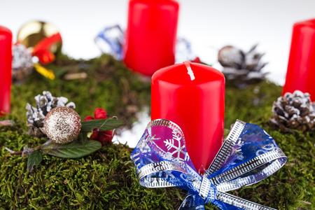 corona de adviento: Corona de Adviento con velas para el tiempo de pre Navidad Foto de archivo