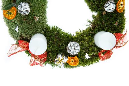 corona de adviento: Guirnalda del advenimiento de la Navidad con velas en el fondo blanco