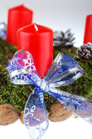 corona de adviento: Corona de Adviento con velas para el tiempo de Navidad Foto de archivo