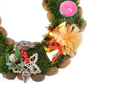 advent wreath: Corona de Adviento velas de Navidad sobre fondo blanco