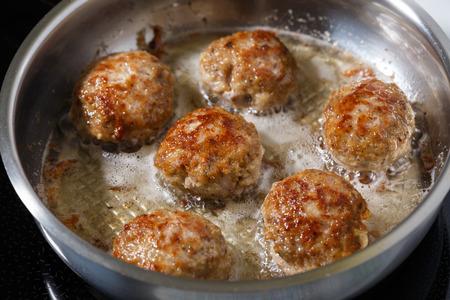 steel pan: Empanadas de carne picada frita en sart�n de acero inoxidable con aceite