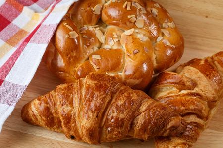 pasteles: cruasanes y pasteles sabrosos en fondo de madera