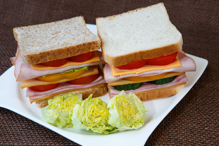 jamon y queso: Sandwich with ham, cheese and vegetables Foto de archivo