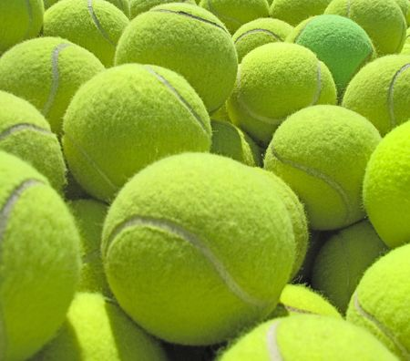 raqueta de tenis: Un mont�n de pelotas de tenis.