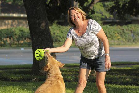 dog health: Mature woman giocare con il suo cane.