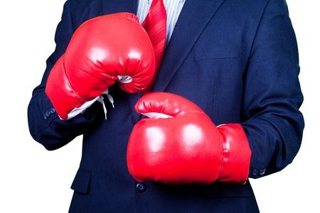 Zakenman in pak waering rode handschoenen klaar voor boksen