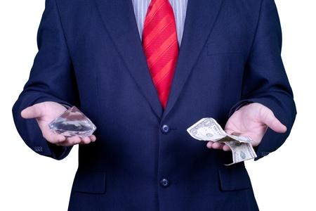Hombre de negocios en traje y corbata rojo que sostiene un diamante y el dinero. Foto de archivo - 10851419