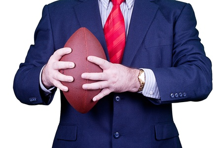 Hombre de negocios en traje y corbata rojo que sostiene un balón de fútbol. Foto de archivo - 10851408