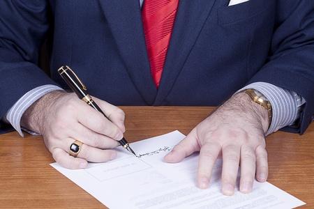 Zakenman ondertekening van een contract. Stockfoto