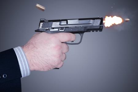Man schiet een 45 mm kanon Stockfoto