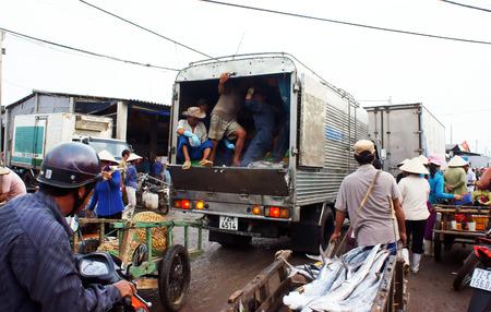 트럭, 오토바이, 세발 자전거, 인력거 낚시 시장에 가서 많은 차량 trafiic 잼, 아침에 시장에서 혼잡 한 분위기 2013년 7월 15일을