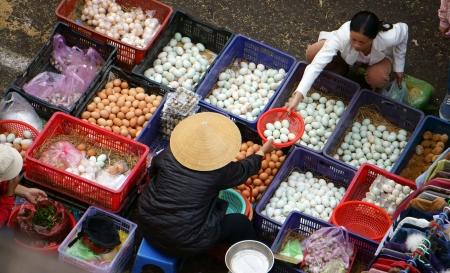 gallina con huevos: Las personas compran y venden huevos de gallina y los huevos de pato en el mercado al aire libre Dalat, Viet Nam 8 de febrero de 2013 Editorial