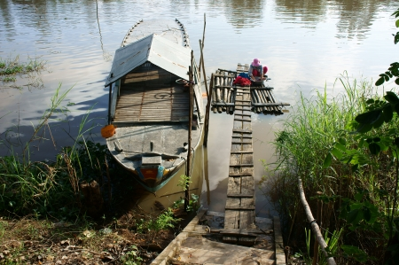 lavando ropa: Gente lavando ropa en el flotador en el r�o con el barco de lado bajo la luz del sol en Hong Ngu, Viet Nam el 12 de noviembre 2013 Editorial