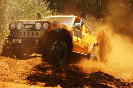 レースの車競争、車しようと極端な赤い地球と道路を横断する地形でレーサー ホイールを作る土と埃っぽい空気、選手権の精神で競技者冒険のスプ