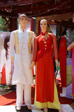 ao: couple of manequin in Vietnamese traditional dress standing at outdoor clothing store Editorial