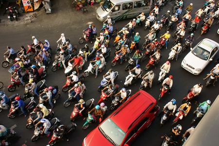 ホーチミン市、ベトナム ベトナム-MAR 27 高密度都市交通ラッシュアワーで、人々 の群衆の鳴いたシーン ヘルメットを着用、バイクに乗る、ストレス