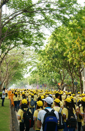 mucha gente: HO CHI MINH, Vietnam-06 de abril la actividad Atestado, impresi�n con multitud de j�venes se unen a pie de caridad para la comunidad, muchas personas en uniforme amarillo, a pie de calle, Vietnam, 06 de abril 2014