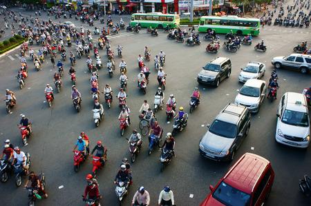 jornada de trabajo: HO CHI MINH, Vietnam-04 de abril de circulaci�n en veh�culo privado en la ciudad de Asia, la gente del transporte en moto para volver a casa en la fila, un ambiente lleno de gente despu�s de d�as de trabajo, Vietnam, 18 de abril 2014 Editorial