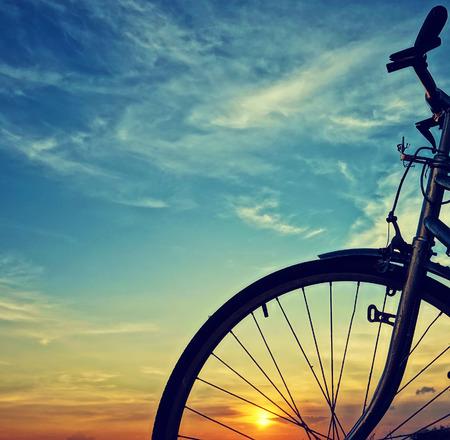 夕暮れ時の自転車のシーンをクローズ アップ美しい 写真素材