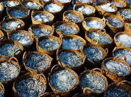 屋外のファーマーズマーケット、アンチョビを釣りでカタクチイワシのバスケットのグループ、魚醤、美味しいベトナム料理、新鮮に保つために氷 報道画像