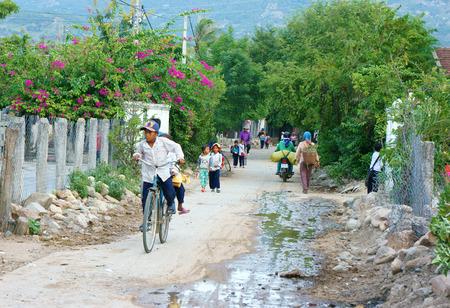 riding bike: Phan Rang, VIET Nam 22 ottobre: ??Gruppo di bambini asiatici non identificati a cavallo della bici sulla strada del paese di tornare a casa, ragazzo e ragazza allievo di campagna vietnamita deve muoversi in bicicletta, Vietnam, Oct22 2014 Editoriali