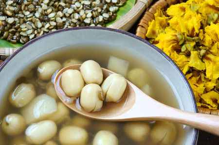 Vietnamese food, sweet lotus seed gruel, ingredients: lotus bean, mung bean, water chestnut and sugar candy. this Vietnam dish for dessert or snack, very delicious, tasty, nutrition, make sleep well 版權商用圖片