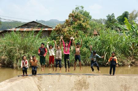 ラムドン LAM DONG、VIET NAM-FEB24: グループの正体不明アジア子供たちは、ベトナムの田舎、少年、川、水の子供のジャンプ、ベトナム、Feb24、子供のた