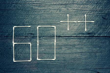 global problem: Concepto de hora de la Tierra con el lema: apaga tu luz en 60 minutos en el fondo de madera, d�a de la tierra para enviar un mensaje a un mundo que tenemos que salvar al mundo, un problema global Foto de archivo