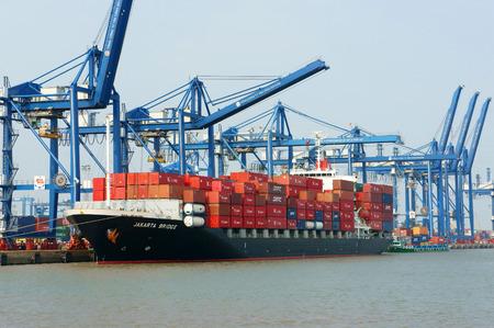 サイゴン川、クレーン船にコンテナーをロードの猫ライ ポートで、輸出のための交通をインポートしてホーチミン市、ベトナム南 - FEB11:、この港は 報道画像