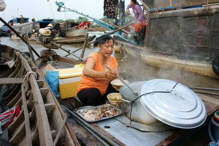 cai rang: CAN THO, VIET NAM- MAR 24: Crowded atmosphere on Cai Rang floating market, group people with trade activity on farmer market of Mekong Delta, float open air market for travel, Vietnam, Mar 24, 2015 Editorial