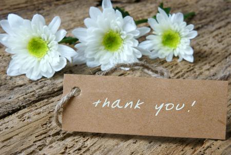 tu puedes: Gracias fondo, escribiendo en el papel, en el resumen de fondo de madera, se puede utilizar en el d�a de San Valent�n, el d�a de madre o celebre el d�a de amor