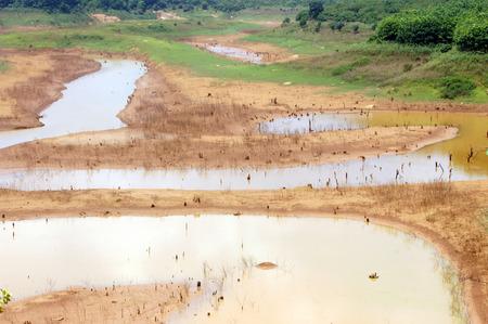 source d eau: Hot summer, source d'eau �puisement, fond de lac est devenue une terre de s�cheresse, la s�curit� de l'eau est le probl�me de l'environnement, le changement climatique mondial assurez-catastrophe