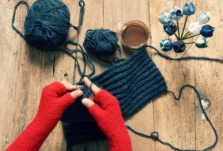 faire l amour: Cadeau fait � la main pour la journ�e sp�ciale comme le jour de m�re, le jour de p�re, le jour ou l'hiver valentine, tas de pelote de laine � tricoter pour foulard color� journ�e froide, tricotage de faire cadeau utile