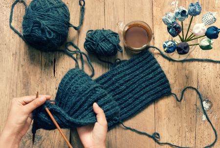 母の日、父の日、バレンタインデーまたは冬季、寒い日のカラフルなスカーフを編む毛糸の玉のヒープと特別な日に手作りのプレゼントは、意味の