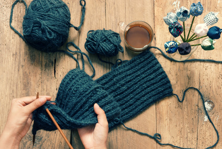 resfriado: Regalo hecho a mano para el d�a especial como el d�a de madre, el d�a de padre, d�a de San Valent�n o en el invierno, mont�n de bola de lana para tejer bufanda colorida para el d�a de fr�o, tejer hacer presente significativa