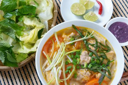 camaron: Comida vietnamita, rieu bollo, un plato famoso de Vietnam, la materia prima como el tomate, cangrejo, carne de cerdo, camarones, ensalada, cebolla de verdeo, huevos, verduras, pasta de camarones, bunrieu es Viet Nam alimentación especial