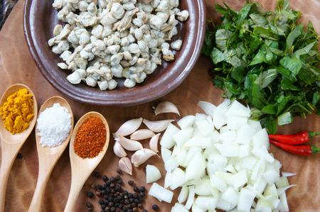 ベトナム料理ムール貝炒めライス ペーパー、色相を食べる専門、ベトナムのおやつ、ムール貝として原料、ラクサの葉、唐辛子、コショウ、タマネ 写真素材