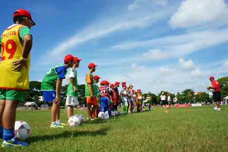 educacion fisica: Can Tho, VIET NAM July26: los ni�os asi�ticos no identificados que juegan f�tbol, ??actividad de verano, educaci�n f�sica ni�o, entrenador de f�tbol de entrenamiento para ni�o vietnamita, el esp�ritu de trabajo en equipo, Vietnam, 26 de julio 2015 Editorial