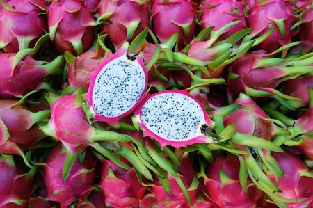 Comida vietnamita para la exportación, dragón fruta, producto agropecuario del Binh Thuan, Vietnam, la cáscara de color rosa, cesta de frutas de embalaje para la venta, esta fruta tropical también nombrar undatus Hylocereus, Pitahaya
