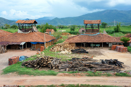 paredes de ladrillos: De Binh Dinh, VIET NAM 22 de agosto: de ladrillo viejo en campo vietnamita, pueblo comercio al ladrillo de productos, materiales para la contruccion, hacen de la tierra, por quemar leña, problema de la ecología, Vietnam, 22 de agosto 2015