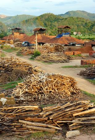 paredes de ladrillos: De Binh Dinh, VIET NAM 22 de agosto: de ladrillo viejo en campo vietnamita, pueblo comercio al ladrillo de productos, materiales para la contruccion, hacen de la tierra, por quemar le�a, problema de la ecolog�a, Vietnam, 22 de agosto 2015