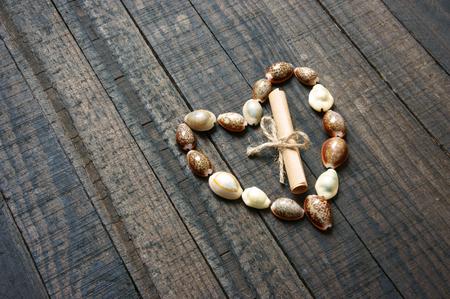 sencillez: Te amo mensaje por Shell en el fondo de madera, en forma de corazón, símbolo de amor con la sencillez, la idea para el día de San Valentín, el día de madre del día de padre Foto de archivo