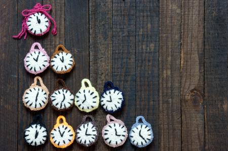 reloj: Dise�o hecho a mano con hilados, grupo de colorido reloj con muchas zona horaria de feliz a�o nuevo 2016, momento v�spera, incre�ble con el producto de punto en el fondo de madera