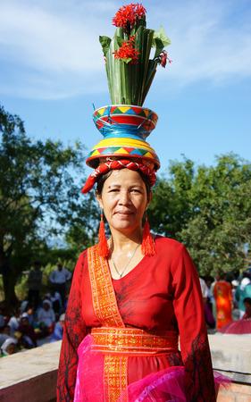 identidad cultural: Phan sonó, VIET NAM-OCT-23: Mujer vietnamita en el vestido tradicional de la minoría étnica Cham, Kate festival de aferrarse cada año, Ninh Thuan, Vietnam 23 Oct, 2014