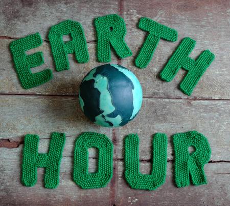 lettres alphabet: lettre d'heure de la Terre dans le fil vert sur fond de bois, un symbole pour sauver la plan�te du changement climatique, un message � la main pour le monde entier