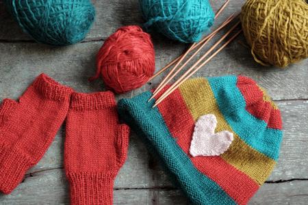 冬は、手作りのプレゼント ニット手袋と寒い日のニット帽、カラフルな糸のグループ作る温かみのある、ニット アクセサリーは女性の趣味活動