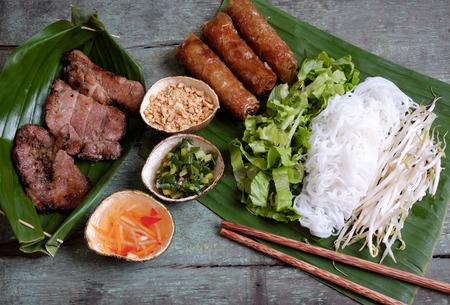 nourriture, rouleau vietnamien printemps ou cha gio, viande rôtie, un délicieux aliments frits, manger avec pain, salade et sauce de poisson, ce aussi riches calories, le cholestérol, les aliments gras, populaire manger Vietnam
