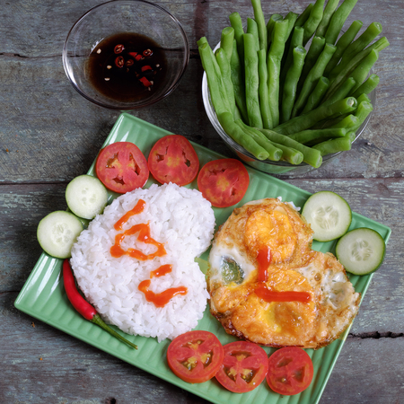 meaningful: Idea for Valentine day meal, cooked rice, omelet in heart shape, tomato, cucumber,bean for nutrition eating, simple, cheap and quick food, love you message, meaningful in love day with Vietnamese food Stock Photo