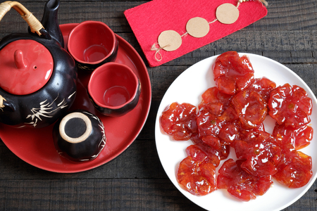 mermelada: La comida vietnamita del Tet vacaciones en primavera, mermelada de tomate, dulce es comer la comida tradicional de Año Nuevo lunar, se puede hacer a partir de tomate cocinar con el azúcar, el fondo increíble para la aduana de Vietnam